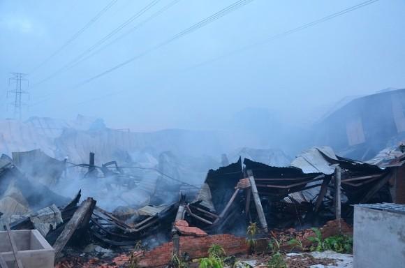Lính cứu hỏa trắng đêm chữa cháy xưởng gỗ rộng 1.000 m2 ảnh 4