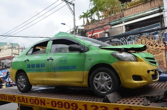 Đang lưu thông, xe taxi bất ngờ bốc cháy trên phố ảnh 1