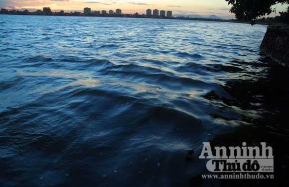 Sửng sốt về chuyện đập đá vá... hồ Tây