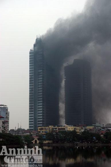 Những hình ảnh đáng sợ về vụ cháy nhà 33 tầng của Điện lực Việt Nam ảnh 12