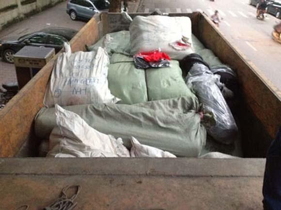 Thủ đoạn mới: Dùng xe ben chở đất vận chuyển... quần áo lậu ảnh 1