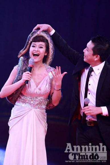 Người đẹp dẫn chương trình với trăn... tinh ảnh 2