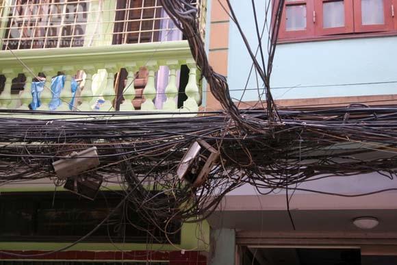 """""""Cây đa tỷ rễ"""" trên phố Đê La Thành ảnh 14"""