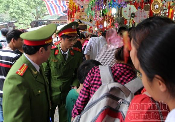 Thu giữ hàng trăm khẩu súng đồ chơi nguy hiểm tại khu vực chùa Hương ảnh 2