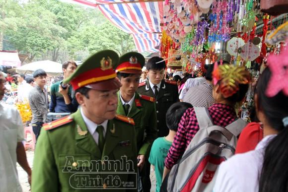 Thu giữ hàng trăm khẩu súng đồ chơi nguy hiểm tại khu vực chùa Hương ảnh 1