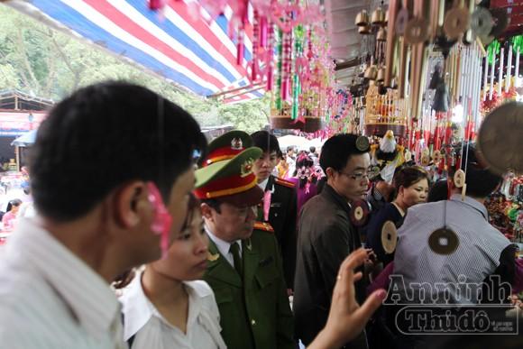 Thu giữ hàng trăm khẩu súng đồ chơi nguy hiểm tại khu vực chùa Hương ảnh 3