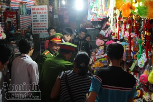 Thu giữ hàng trăm khẩu súng đồ chơi nguy hiểm tại khu vực chùa Hương ảnh 4