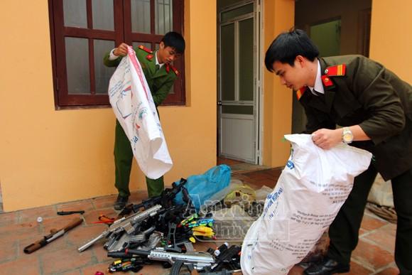 Thu giữ hàng trăm khẩu súng đồ chơi nguy hiểm tại khu vực chùa Hương ảnh 9