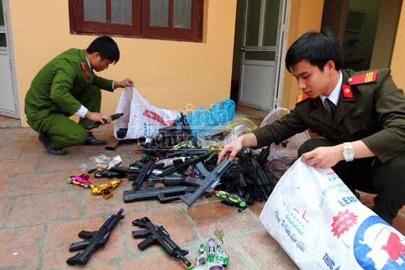 Thu giữ hàng trăm khẩu súng đồ chơi nguy hiểm tại khu vực chùa Hương ảnh 10