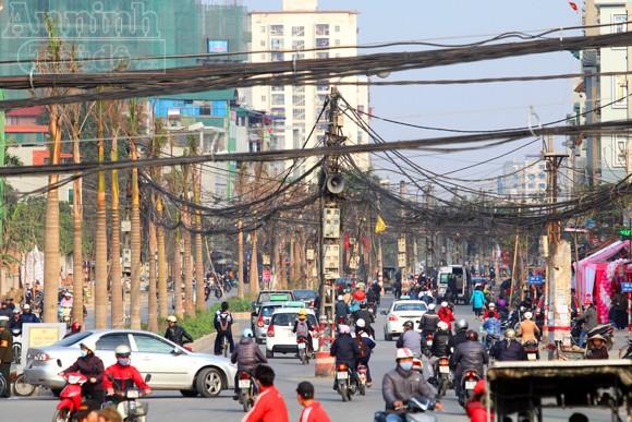 """Nguy hiểm với kiểu """"nghệ thuật sắp đặt"""" giữa đường phố Hà thành"""