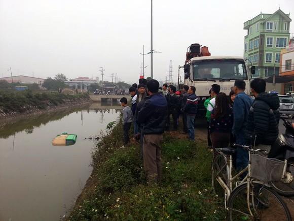 4 người thoát chết trong chiếc xe taxi lao xuống mương nước ảnh 1
