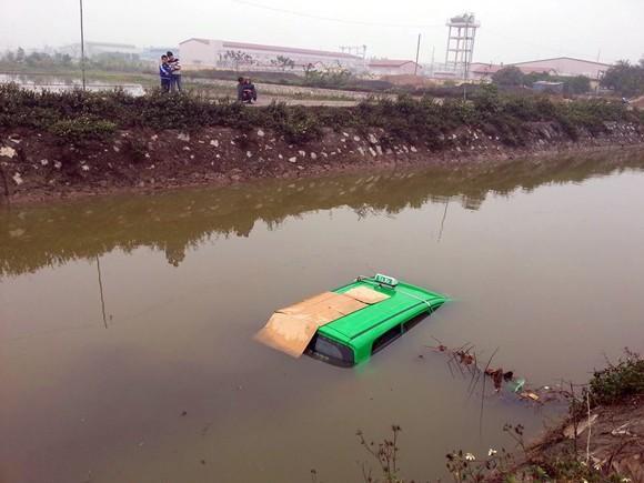 4 người thoát chết trong chiếc xe taxi lao xuống mương nước ảnh 2
