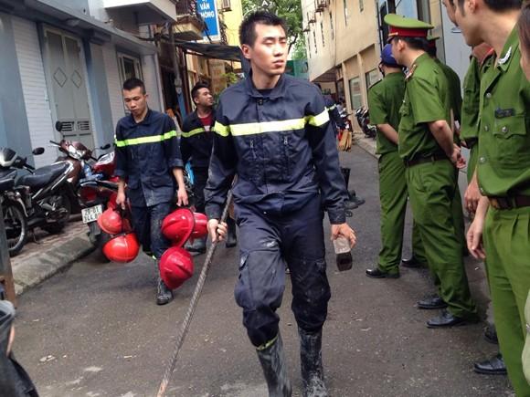 Nạn nhân cuối cùng đã được đưa ra khỏi hiện trường xảy cháy ảnh 13