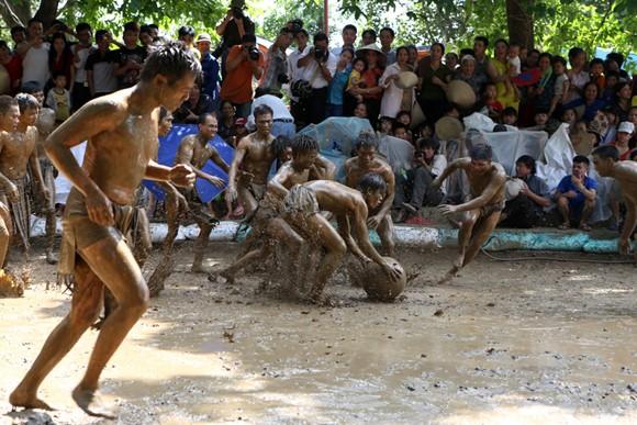 Những chàng trai chưa vợ đóng khố ôm cầu chạy dưới bùn ảnh 10