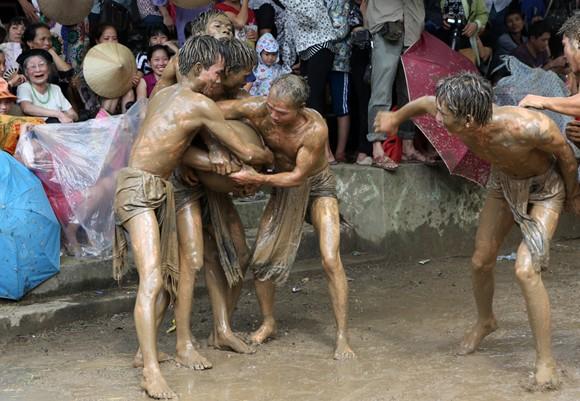 Những chàng trai chưa vợ đóng khố ôm cầu chạy dưới bùn ảnh 8