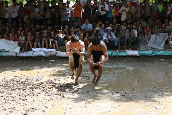 Những chàng trai chưa vợ đóng khố ôm cầu chạy dưới bùn ảnh 6