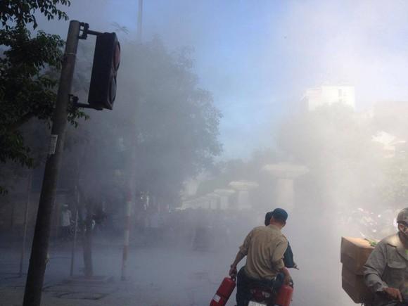 Cháy đùng đùng trên cột điện, lan sang nhà dân ảnh 2