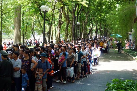 Hàng nghìn người xếp hàng vào Lăng viếng Bác trong ngày Quốc khánh 2-9 ảnh 3