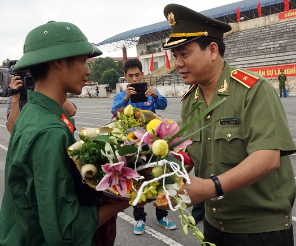 Giám đốc Công an Hà Nội chúc mừng tân binh lên đường nhập ngũ ảnh 1