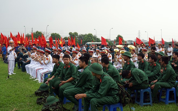 Giám đốc Công an Hà Nội chúc mừng tân binh lên đường nhập ngũ ảnh 2