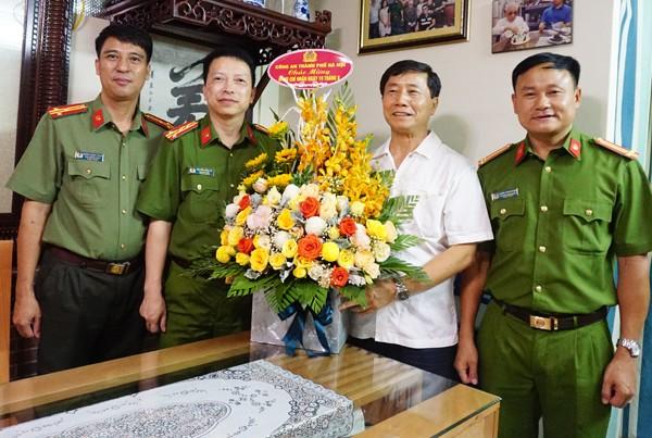 Đại diện Ban Giám đốc Công an Hà Nội thăm, tặng quà nguyên lãnh đạo CATP ảnh 1