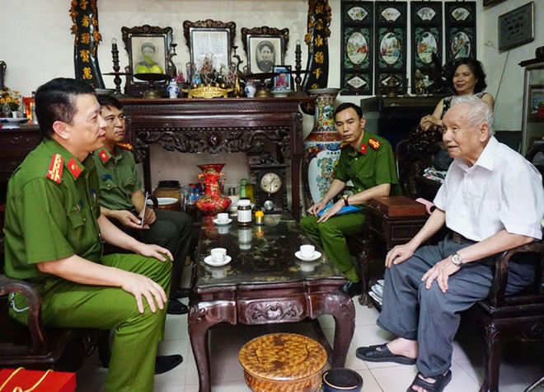 Đại diện Ban Giám đốc Công an Hà Nội thăm, tặng quà nguyên lãnh đạo CATP ảnh 2