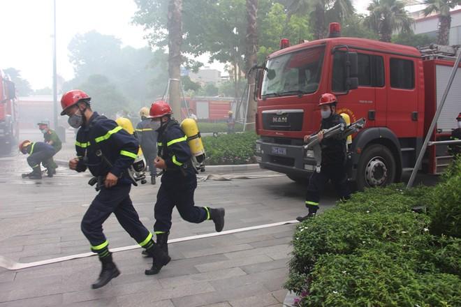 Diễn tập phương án phòng cháy, chữa cháy tại tòa nhà Sun Grand City ảnh 2