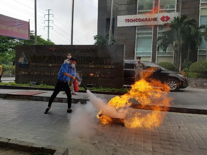 Lực lượng Cảnh sát phòng cháy hướng dẫn cách chữa cháy, cứu người an toàn ảnh 5