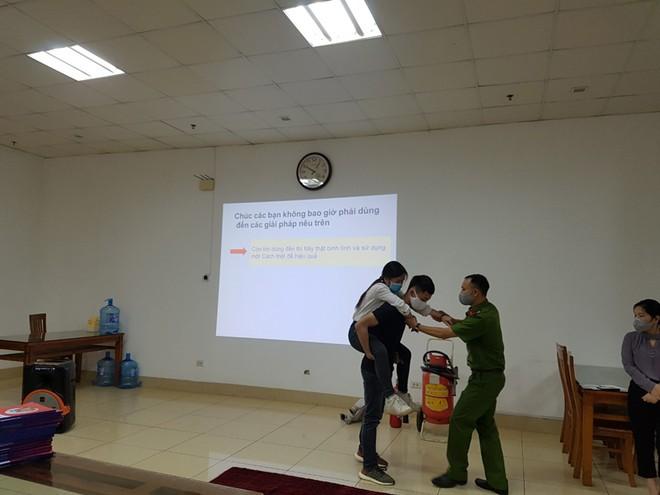 Lực lượng Cảnh sát phòng cháy hướng dẫn cách chữa cháy, cứu người an toàn ảnh 10