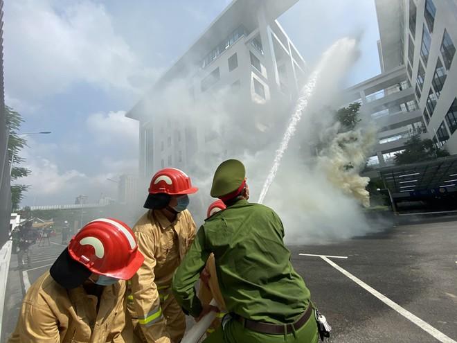 Diễn tập chữa cháy và cứu nạn, cứu hộ có sự tham gia của nhiều lực lượng ảnh 3