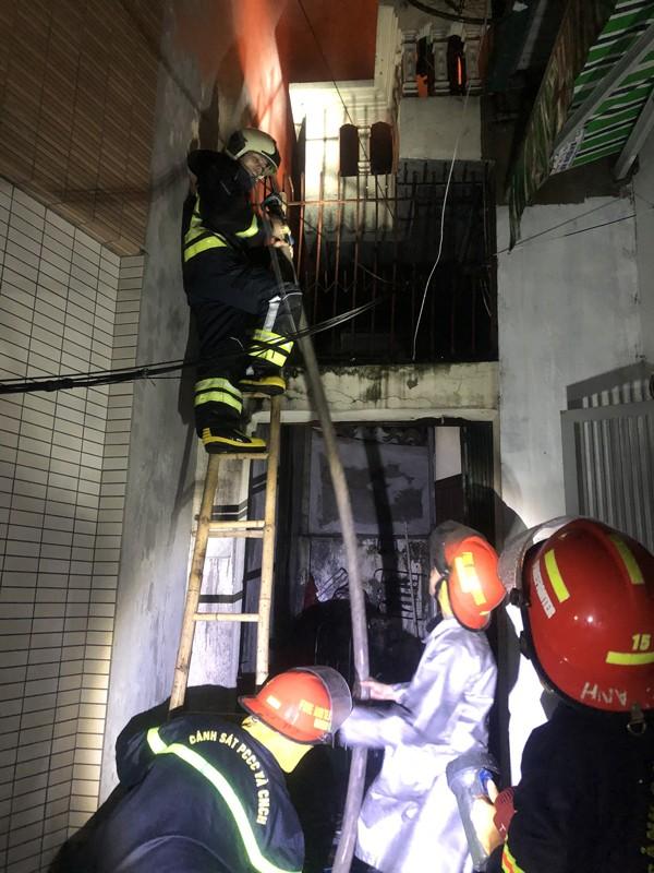 Cháy nhà 2 tầng trong đêm tại quận Hoàng Mai ảnh 1