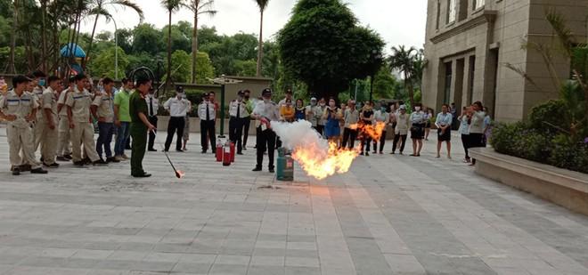 Hàng trăm người dân tham gia tập huấn chữa cháy tại chung cư 18 tầng ảnh 4