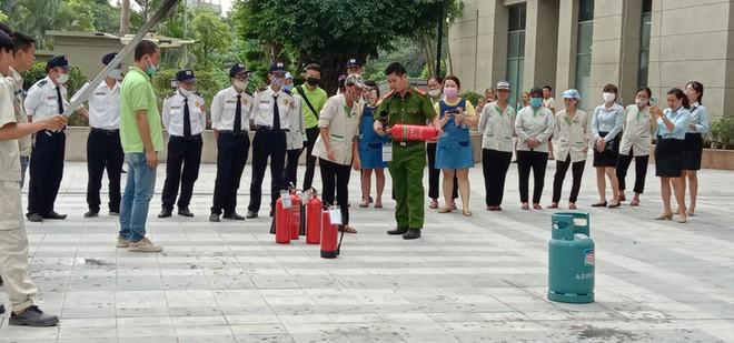 Hàng trăm người dân tham gia tập huấn chữa cháy tại chung cư 18 tầng ảnh 2