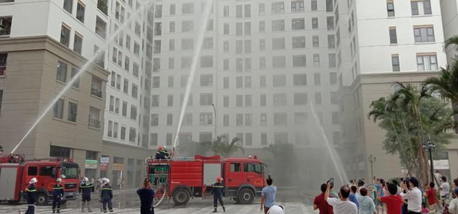 Hàng trăm người dân tham gia tập huấn chữa cháy tại chung cư 18 tầng ảnh 1