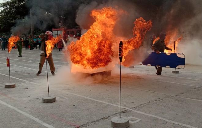 Sôi nổi cuộc tranh tài chữa cháy, cứu nạn của lực lượng chữa cháy cơ sở ảnh 1