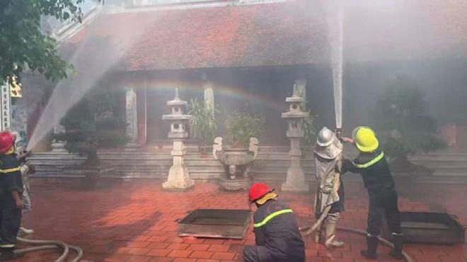 120 người tham gia diễn tập phương án chữa cháy tại chùa Chân Tiên ảnh 2