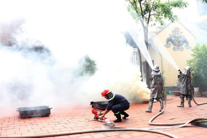120 người tham gia diễn tập phương án chữa cháy tại chùa Chân Tiên ảnh 1