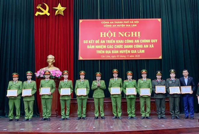 Đại tá Nguyễn Thanh Tùng, Phó GIám đốc CATP Hà Nội trao khen thưởng cho tập thể, cá nhân có thành tích xuất sắc trong nhiệm vụ được giao