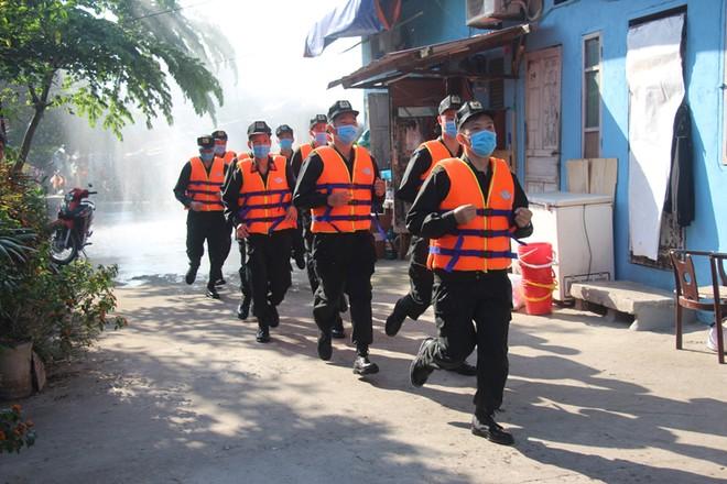 Nhiều lực lượng tham gia diễn tập ứng phó thiên tai bên bờ sông Hồng ảnh 4