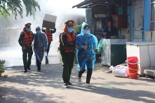 Nhiều lực lượng tham gia diễn tập ứng phó thiên tai bên bờ sông Hồng ảnh 9