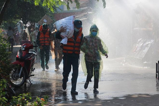 Nhiều lực lượng tham gia diễn tập ứng phó thiên tai bên bờ sông Hồng ảnh 11