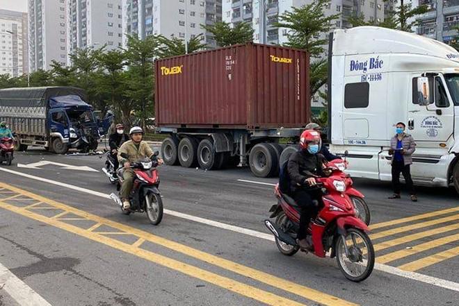 Cắt cabin xe tải, cứu lái xe mắc kẹt an toàn ảnh 1