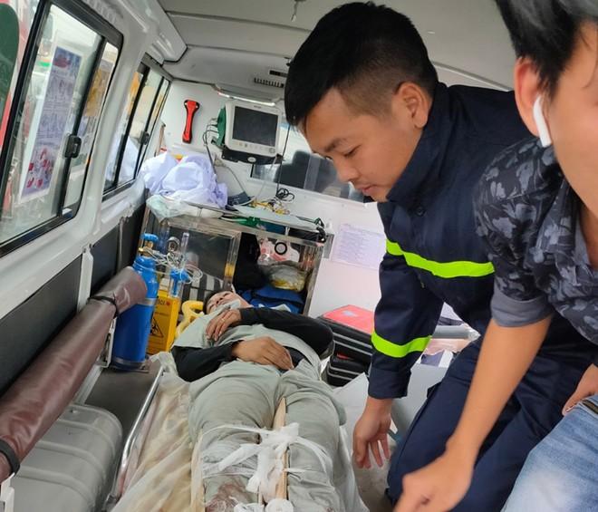 Sau cú húc cực mạnh, tài xế mắc kẹt trong cabin xe tải ảnh 1