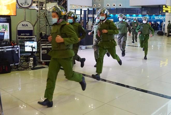 Diễn tập khẩn nguy đối phó với tình huống gây rối tại Sân bay Quốc tế Nội Bài ảnh 2