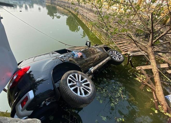 Xe ô tô lao xuống hồ Tây, 4 người thoát chết ảnh 1