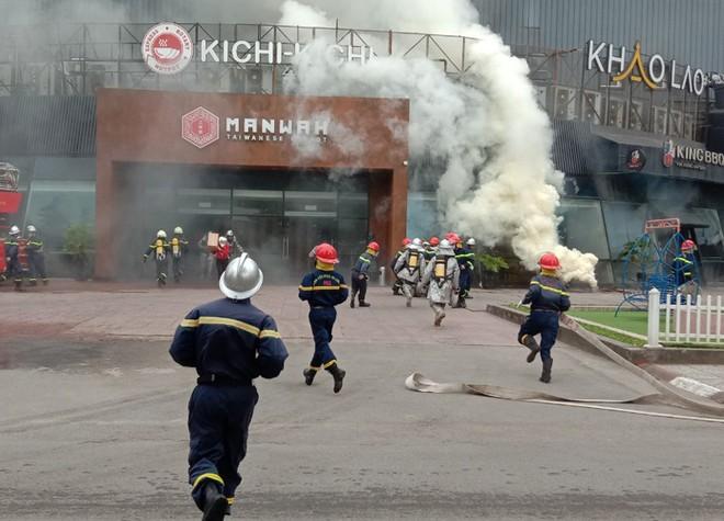 Xử lý nhanh tình huống cháy giả định tại nhà hàng trong Siêu thị BigC ảnh 2