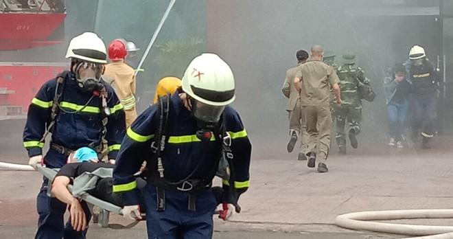 Xử lý nhanh tình huống cháy giả định tại nhà hàng trong Siêu thị BigC ảnh 4
