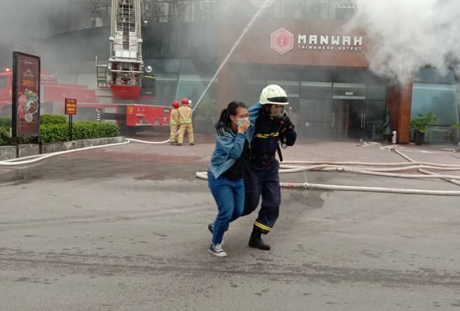 Xử lý nhanh tình huống cháy giả định tại nhà hàng trong Siêu thị BigC ảnh 6