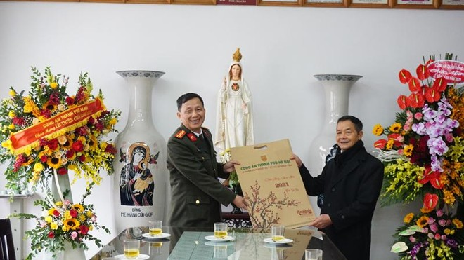 Công an Hà Nội chúc mừng, tặng quà cộng đồng giáo dân nhân dịp Giáng sinh ảnh 1