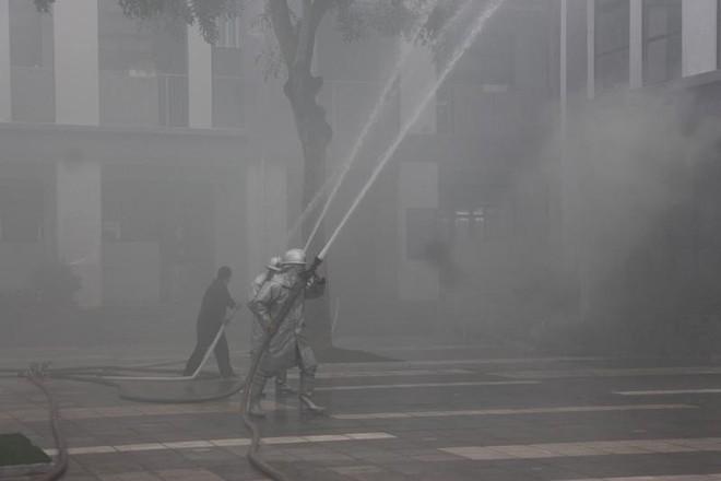 Xử lý nhanh tình huống giả định cháy khí gas tại bếp ăn ở trường học ảnh 4